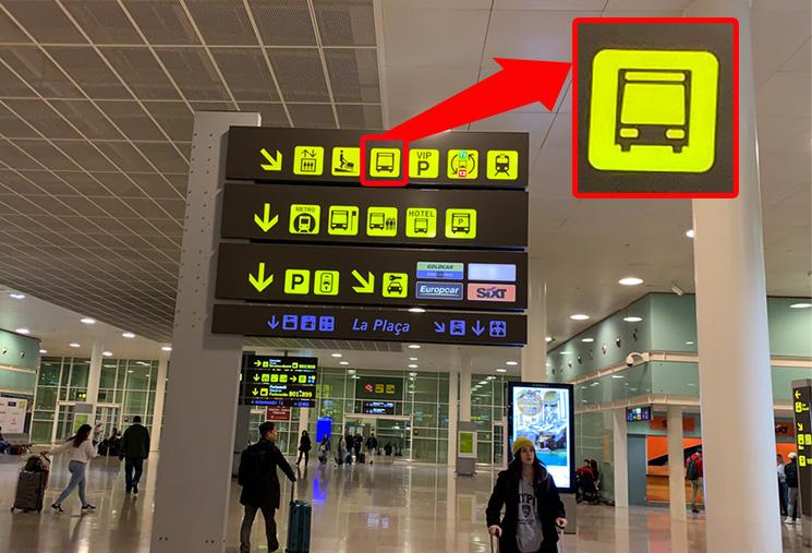 バルセロナ=エル・プラット空港 交通機関へのアクセス案内板