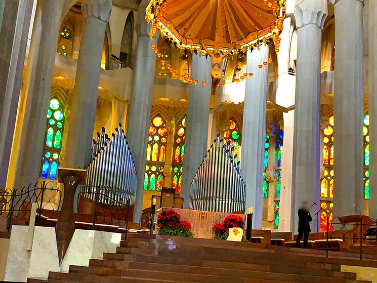 サグラダファミリア聖堂内 祭壇とステンドグラス