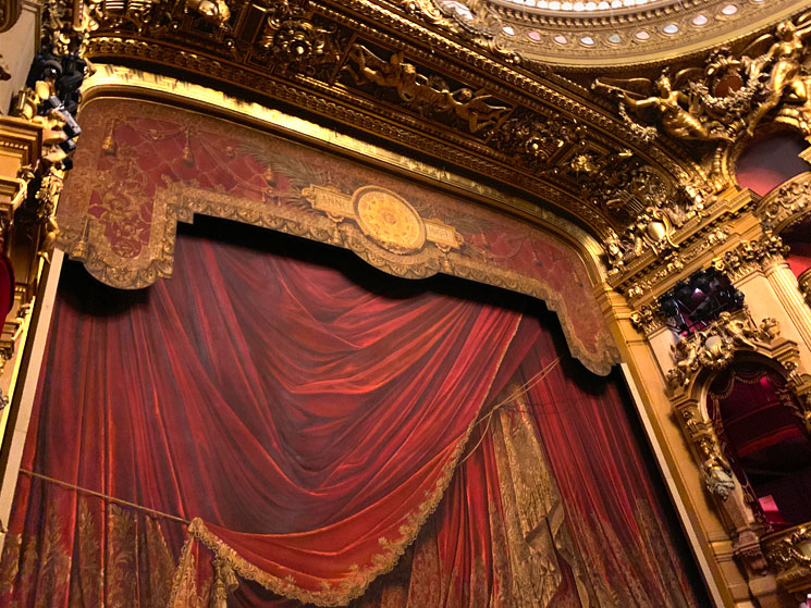 劇場ホールの幕