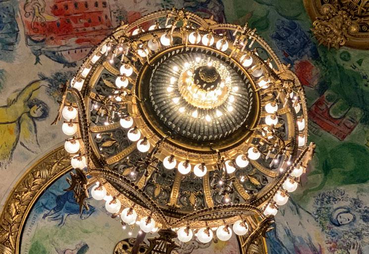 マルク・シャガールの天井画にかかるシャンデリア