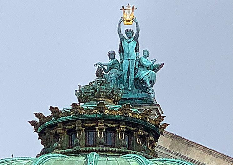 オペラ座外観のシンボル アポロン像