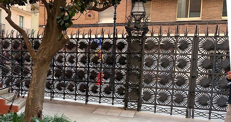 カサ・ビセンス ヤシの葉の門