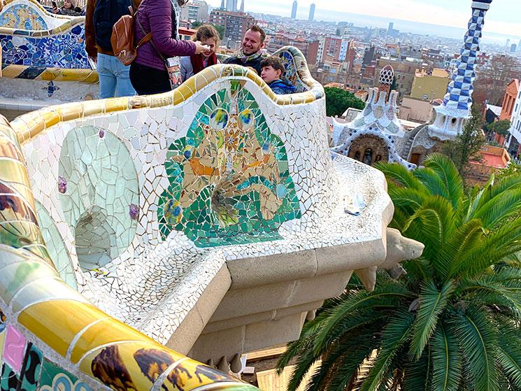 グエル公園 波形のベンチの装飾