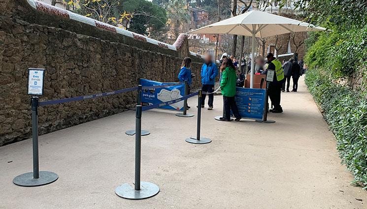 グエル公園 有料エリアの入口と係員