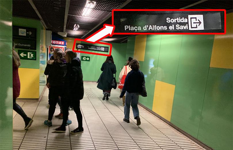 Placa d Alfons el Savi 出口方面の案内板