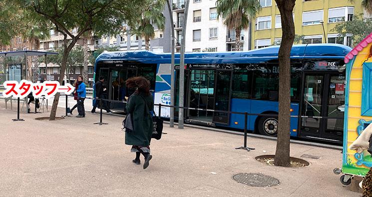 グエル公園行きの無料バス乗り場とスタッフ