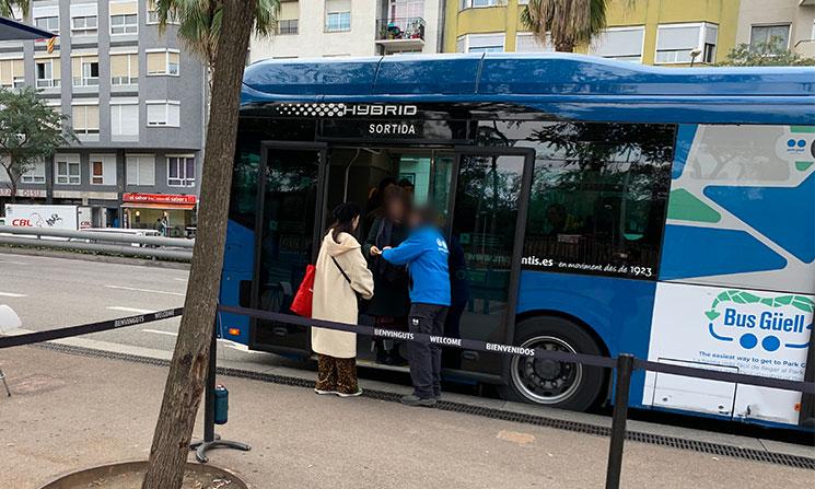 グエル公園行き無料バスのスタッフ