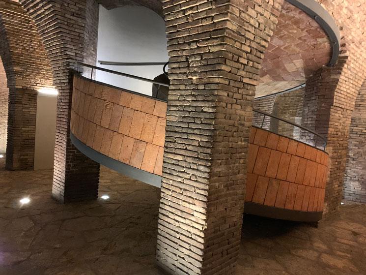 グエル邸  地下階のスローブと角柱