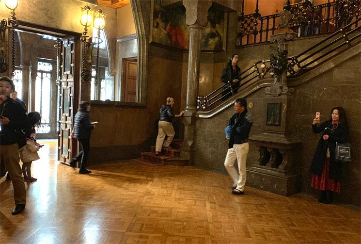 グエル家 中央サロンの階段