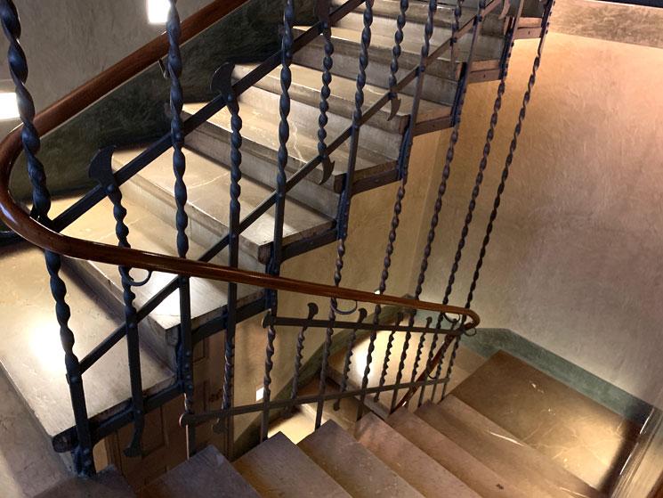 グエル邸2階の階段