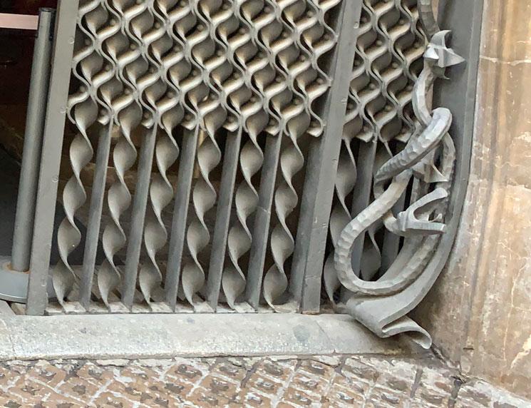 グエル邸 ヘビの装飾