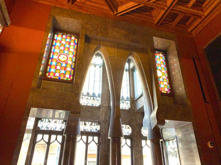 グエル邸内部の装飾とステンドグラス