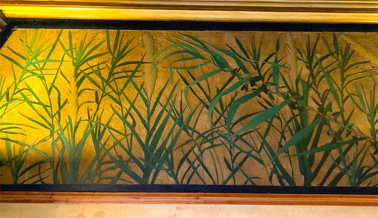 カサ・ビセンスの寝室 壁面の植物模様