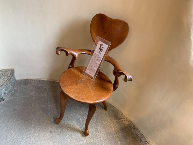 グエル公園のギフトショップ ガウディデザインの木椅子
