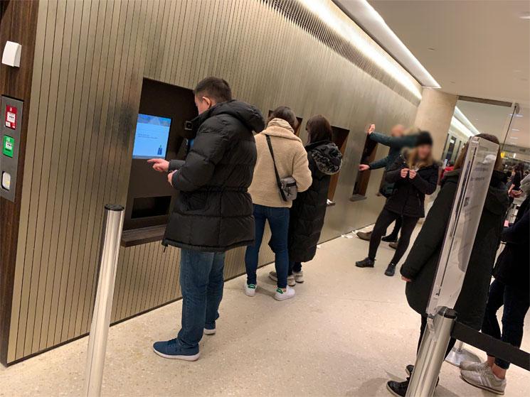 チケットオフィスの自動券売機
