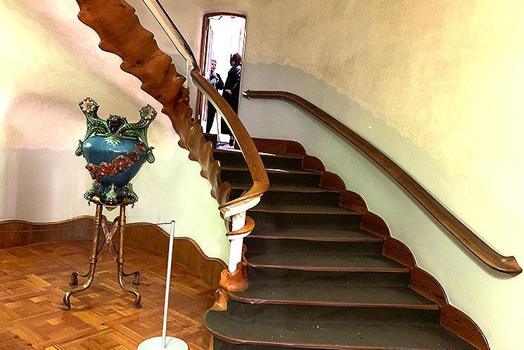 玄関ホールと中央階段