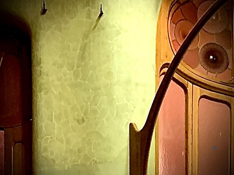 玄関ホールの壁面 竜のウロコ模様