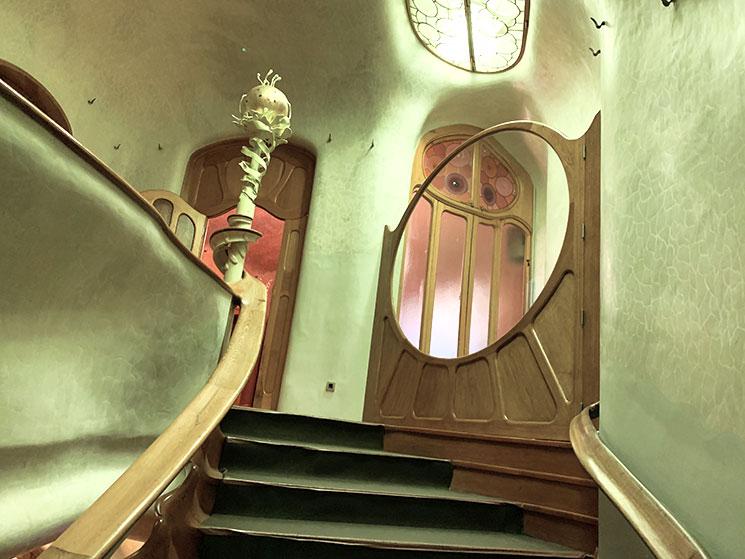 玄関ホールの中央階段