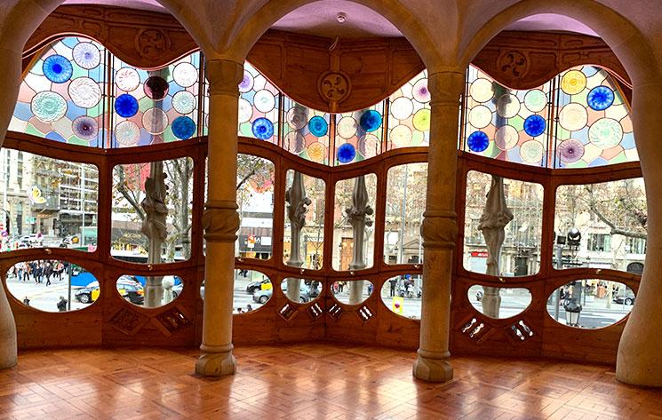 カサ・バトリョ 中央サロンの窓とステンドグラス