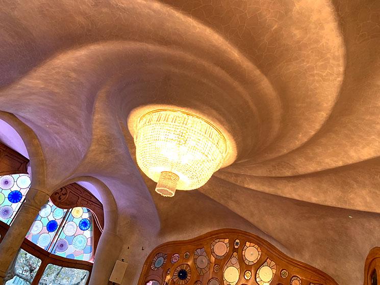 カサ・バトリョ 中央サロン 大きな渦を巻く天井
