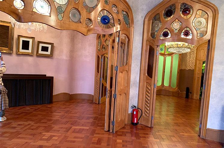 中央サロンの空間を区切る扉