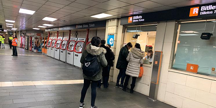地下鉄の自動券売機が並ぶエリア