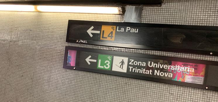 地下鉄構内 乗車ホームへの案内板