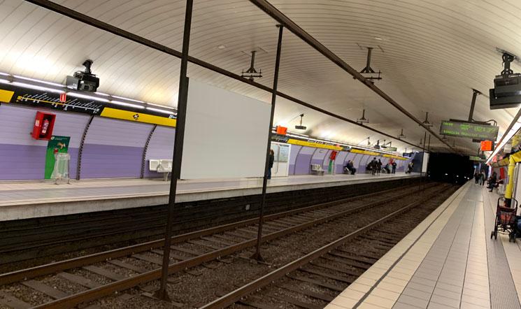 バルセロナ 地下鉄の乗車ホーム