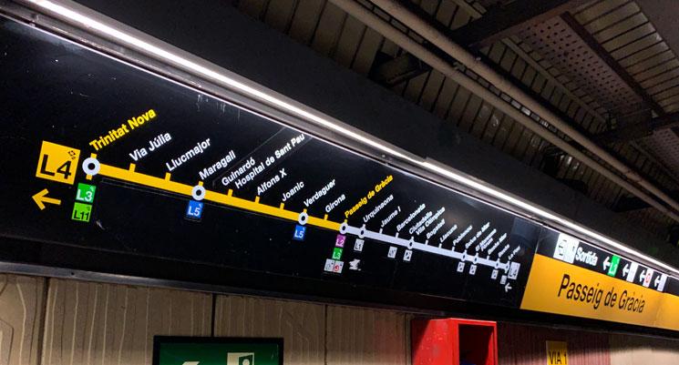 バルセロナ 地下鉄 乗車ホームにある路線図