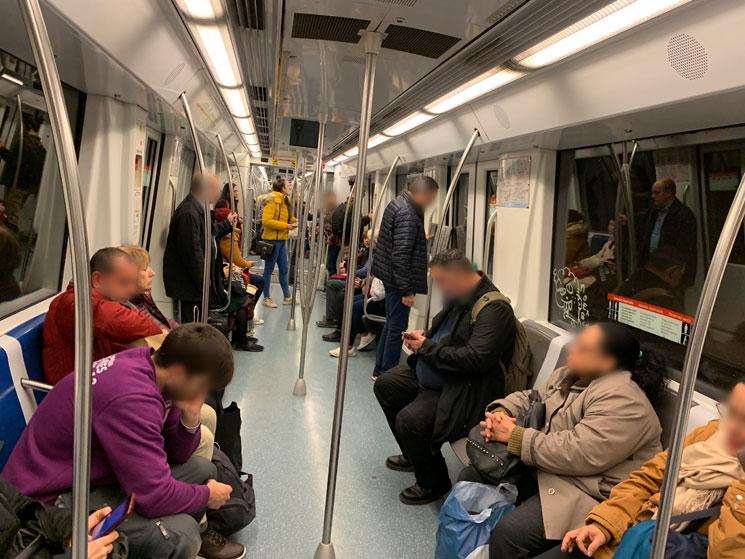 バルセロナ地下鉄の車内風景