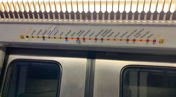 バルセロナ地下鉄車内の路線図と停車ランプ