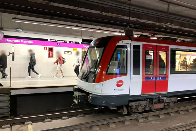バルセロナの地下鉄 乗車ホームに到着する電車