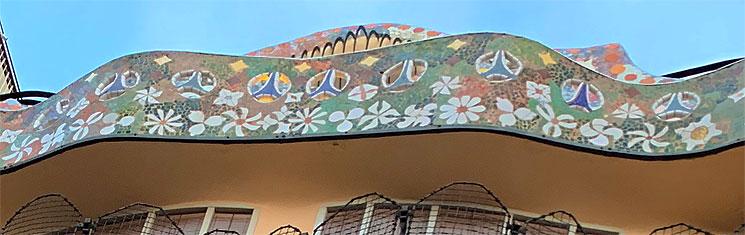 カサ・バトリョ 裏側ファサード上部の装飾