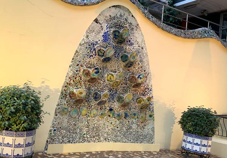 カサ・バトリョの裏庭 トレンカディスがほどこされた装飾オブジェクト
