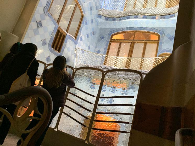 吹き抜けと階段を隔てる柵と型ガラス