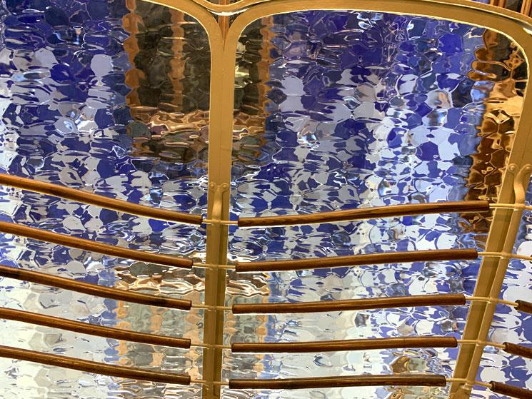型ガラスを通して見た壁面の装飾