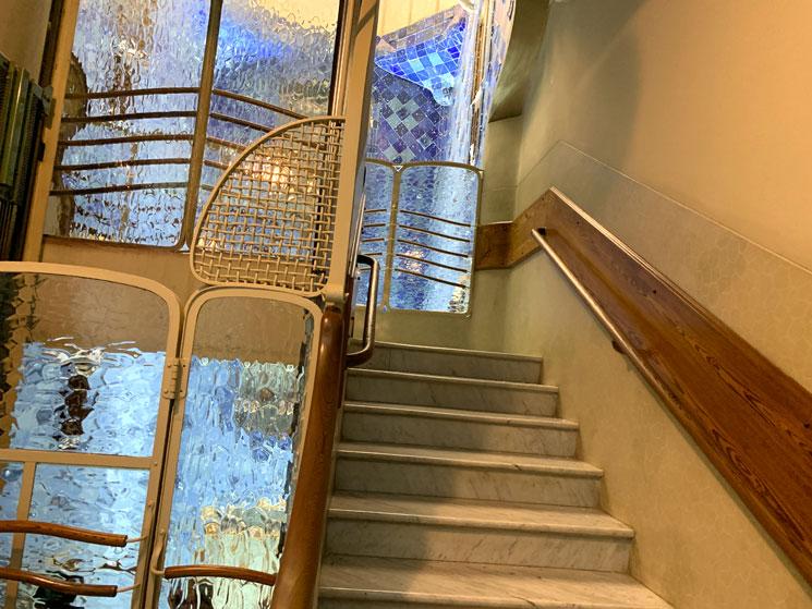 吹き抜けに面する居住者用の階段