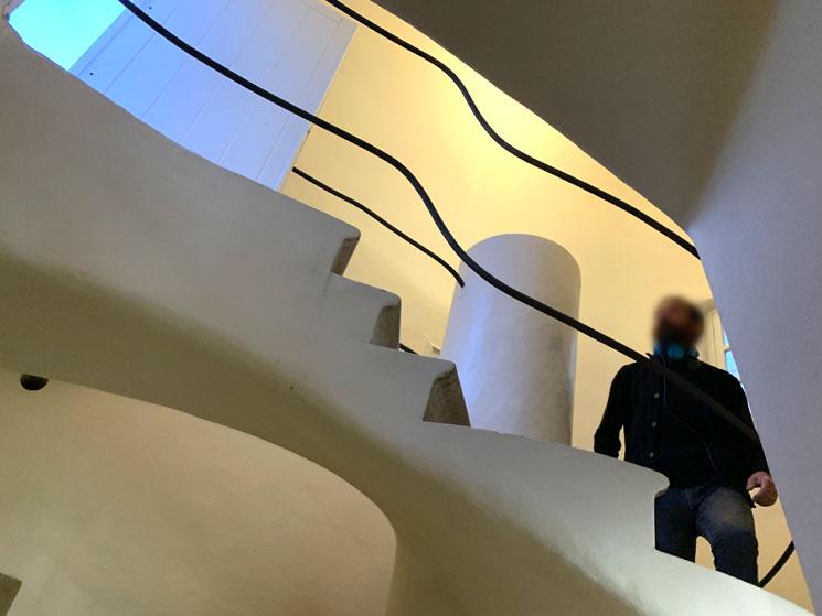 屋根裏 屋上へと続く階段