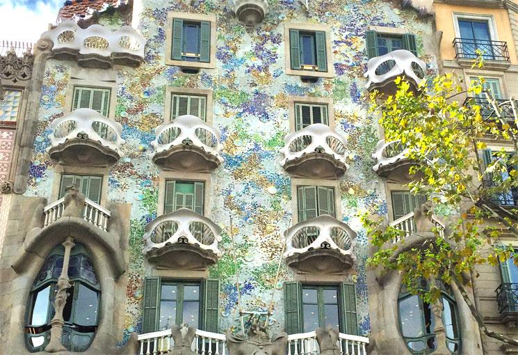 カサ・バトリョ 正面ファサードの壁面装飾
