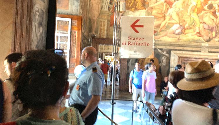 ラファエロの間への案内板