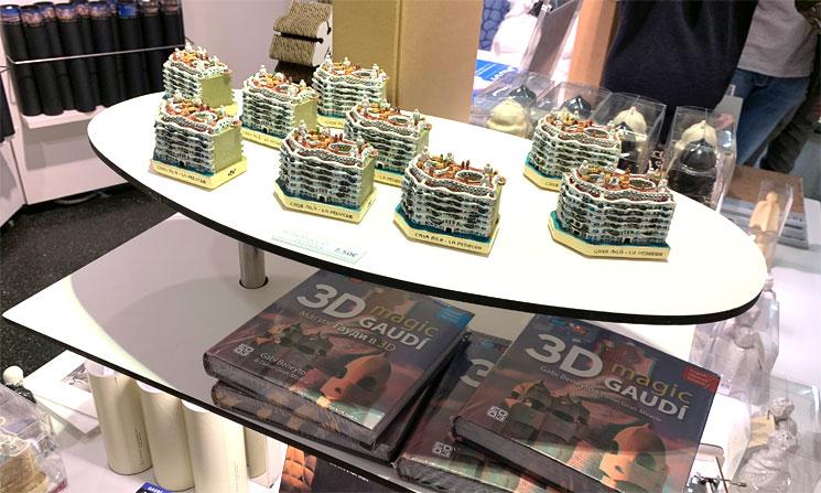 カサ・ミラ ギフトショップの商品 置物と3Dの書籍