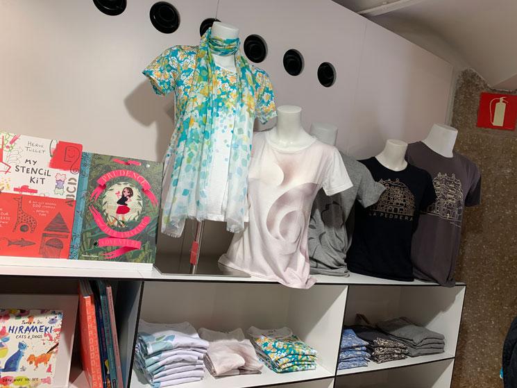 カサ・ミラ ギフトショップの商品 Tシャツと半袖シャツ