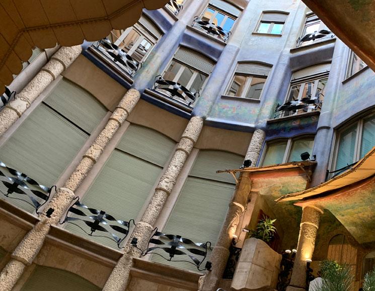 カサ・ミラ 中庭の窓と柱