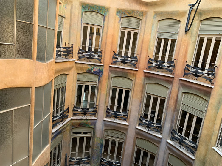 アパートメントの廊下から見る中庭