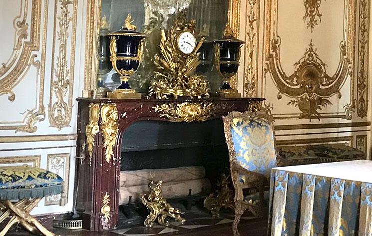 閣議の間 グリオット大理石の暖炉とセーブル焼き