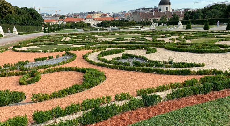 幾何学模様に整えられた庭園