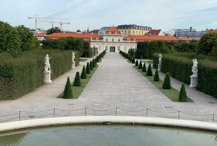 庭園の見事なシンメトリーの造形