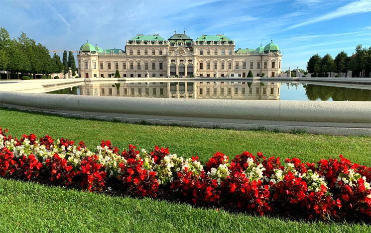 庭園とベルヴェデーレ宮殿上宮の外観