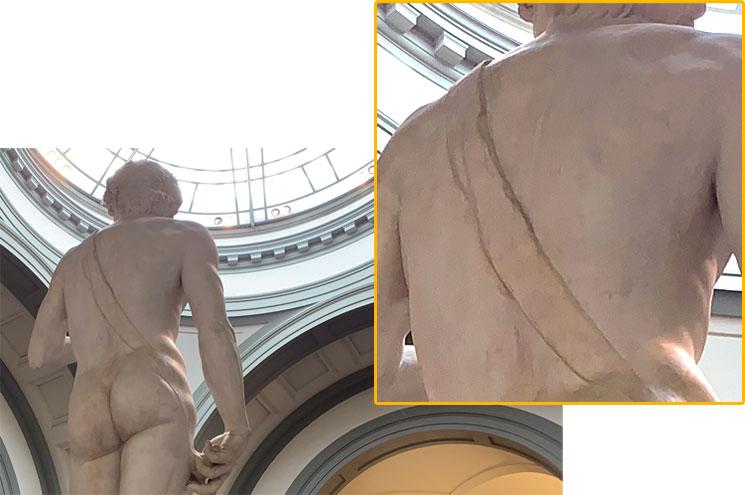 ダヴィデ像の背中に垂れ下がる投石用の紐